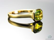 Green gold looks yellow with a slight green tint http://www.whiteflash.com/